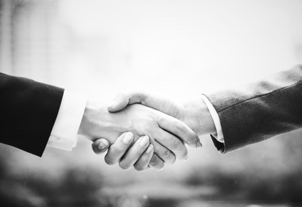 握手をする二人の画像